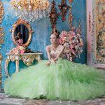 ゴージャスな洋館でstellaのカラードレスを着た女性