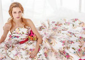 花柄プリントのカラードレスを着た女性