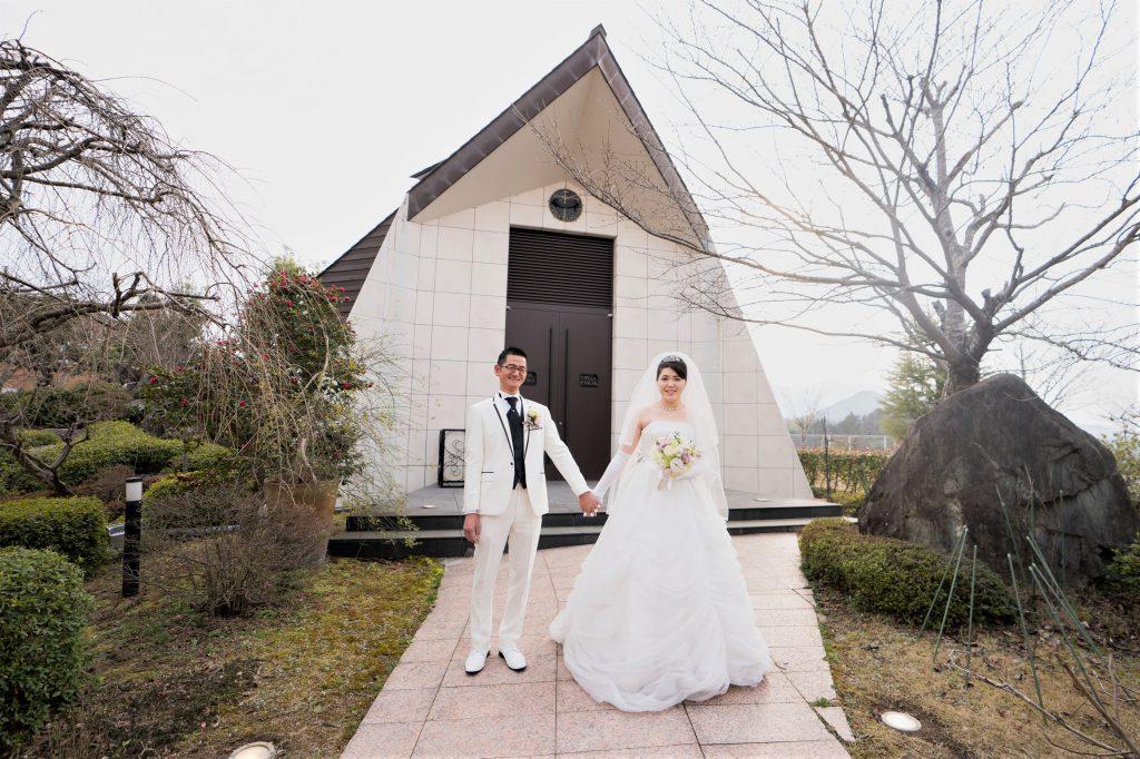 ホテルロイヤルヒル福知山のチャペルで挙式をした千代屋のタキシードを着た新郎とドレスを着た新婦