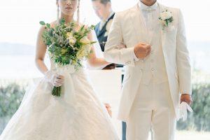 宮津ロイヤルホテルのチャペルでタキシードとドレス姿の新郎と新婦