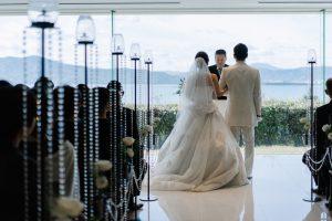 宮津ロイヤルホテルのチャペルで挙式をする新郎と新婦