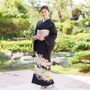 日本庭園で千代屋の留袖を着た新婦の母親